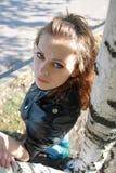 Menina perto de uma árvore Imagens de Stock