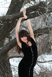 A menina perto de uma árvore Imagem de Stock