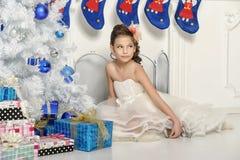 Menina perto de uma árvore de Natal Fotos de Stock