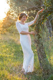 Menina perto de uma árvore no por do sol fotos de stock