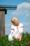 Menina perto do moinho de vento velho Imagens de Stock