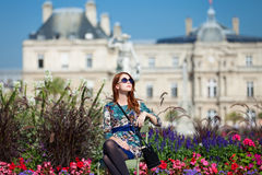 Menina perto do palácio imagens de stock royalty free