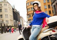 Menina perto do 'trotinette' na cidade europeia Fotos de Stock Royalty Free