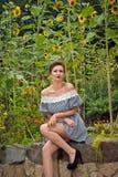 Menina perto dos girassóis em um dress3 curto Imagens de Stock