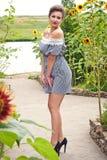 Menina perto dos girassóis em um dress6 curto Fotos de Stock