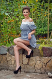 Menina perto dos girassóis em um vestido curto Fotos de Stock Royalty Free