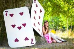 Menina perto dos grandes cartões sob o carvalho enorme Fotos de Stock