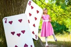 Menina perto dos grandes cartões sob o carvalho enorme Imagem de Stock Royalty Free