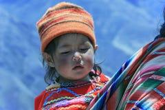 Menina peruana muito pobre mas feliz fotografia de stock