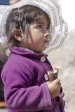 Menina peruana que come o gelado Fotos de Stock Royalty Free