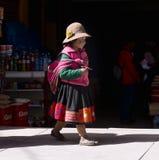 A menina peruana vestiu-se no equipamento feito a mão tradicional colorido Fotografia de Stock