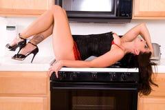 Menina Pin-acima na cozinha. fotografia de stock
