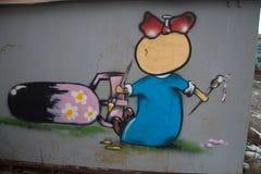 A menina pinta a bomba cor-de-rosa Foto de Stock Royalty Free