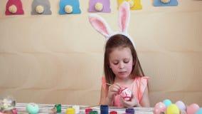 a menina pinta os ovos da páscoa filme