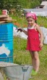 A menina pinta um tambor Fotos de Stock Royalty Free