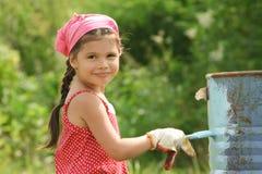A menina pinta um tambor Foto de Stock