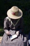 Menina pioneira que toma notas fotos de stock