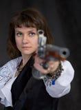 A menina - pirata com pistola antiga à disposicão Fotos de Stock Royalty Free