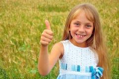 Menina loura de sorriso no campo de trigo imagem de stock royalty free
