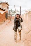 A menina pobre que joga na estrada Fotografia de Stock