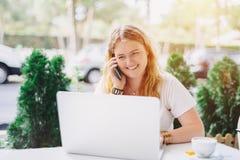 Menina positiva do modelo do tamanho que toma no telefone no café Fotografia de Stock Royalty Free
