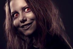 Menina possuída por um demônio foto de stock