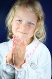 Menina pré-escolar em um pose praying. Fotos de Stock