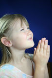 Menina praying feliz. Foto de Stock Royalty Free