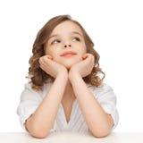 menina Pre-adolescente na roupa ocasional que olha acima Imagens de Stock