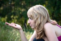 A menina prende a borboleta imagem de stock