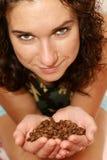 A menina prende o café nas mãos Fotografia de Stock