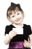 A menina prende um cartão puro Fotografia de Stock Royalty Free