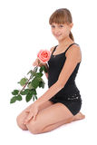 A menina prende uma rosa nas mãos fotografia de stock royalty free