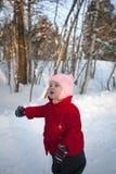 Menina preocupada pequena que aponta em algo Fotos de Stock