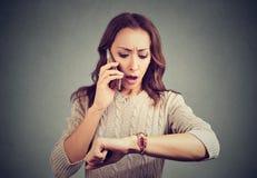 Menina preocupada que tem a chamada e que está atrasada fotos de stock royalty free