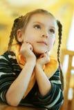 Menina-preschooler que senta-se na tabela Foto de Stock