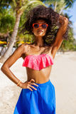 Menina preta adolescente bonita nos óculos de sol, no sutiã e na saia Fotografia de Stock Royalty Free