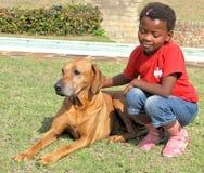 Menina preta com animal de estimação Imagem de Stock Royalty Free