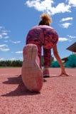 Menina preta desportiva 'sexy' nova que prepara-se para o começo na escada rolante do estádio Vista traseira do único lado de fotos de stock royalty free