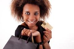 Menina preta feliz com sacos de compra, cartão de crédito Fotografia de Stock
