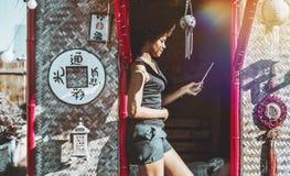 Menina preta no pagode com almofada digital Fotografia de Stock