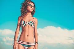 Menina preta nova no terno de natação Imagem de Stock