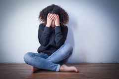 Menina preta triste e só que sente apenas foto de stock royalty free