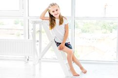 Menina Preteen que descansa na escada fotos de stock royalty free