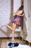 A menina procurara coisas necessárias Fotografia de Stock Royalty Free