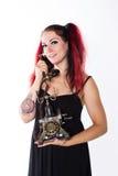 Menina punk feliz com telefone antigo imagem de stock