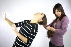 A menina puxa duramente o cabelo muito longo Imagem de Stock