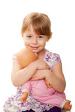 Menina que abraça a boneca. Conceito dos cuidados. Imagem de Stock Royalty Free