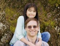 Menina que abraça o pai em torno da garganta Fotos de Stock Royalty Free