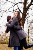 Menina que abraça seu melhor amigo Foto de Stock